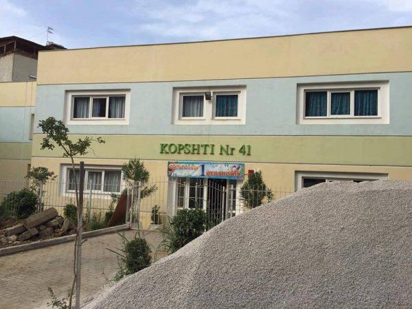Drejtoresha, edukatorja dhe sanitarja me COVID-19, mbyllet kopshti nr. 41 në Tiranë