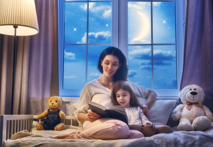 Prindër, lexojini libra fëmijës para se te flejë