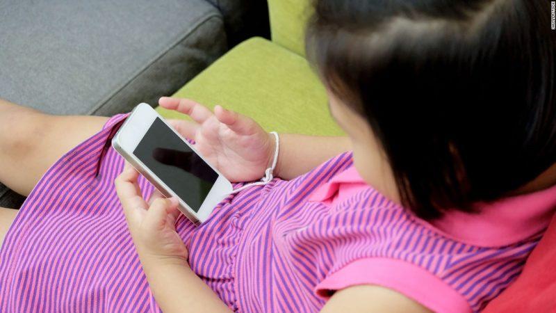 Çfarë duhet të konsideroni para se t'i blini fëmijës suaj një telefon celular?